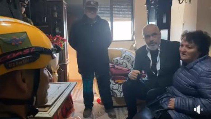 Kryeministri Rama në Durrës përkthen për banorët