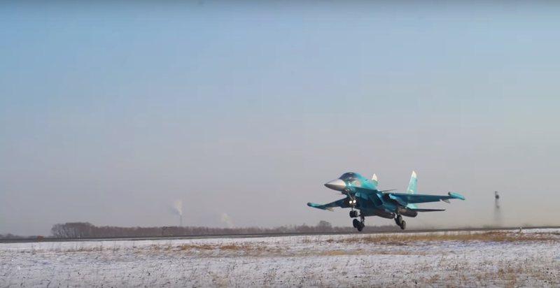 Gjuajtësit Su-34 manovra dyluftimi në ajër mbi Urale (video)