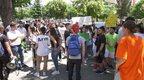 Maturantët çohen në protestë para Qendrës për