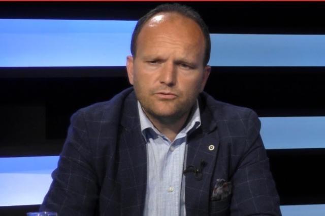 """""""Kush i ka këto makina?""""/ Gazetari i njohur shqiptar publikon"""