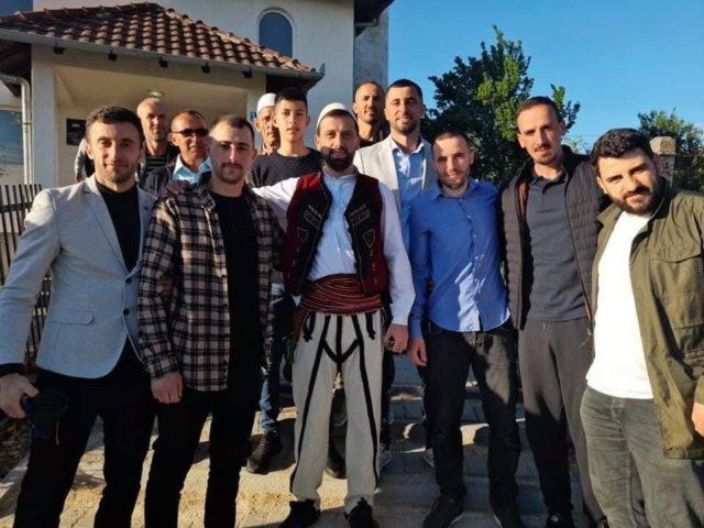 Po falte namazin, hoxha shqiptar i surprizon të gjithë me veshjen e