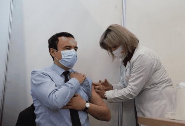 Albin Kurti merr dozën e dytë të vaksinës kundër