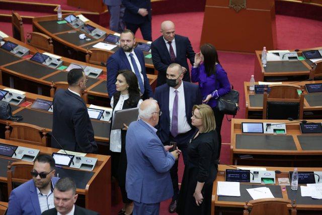 Pamjet që nuk u panë/ Puthje dhe përqafime në Kuvend pas