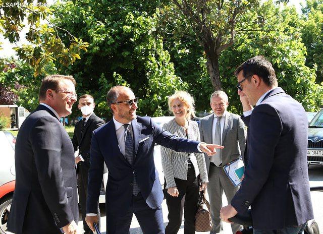 FOTOT/ Po ecte me biçikletë, komisioneri Varhelyi dhe ambasadori