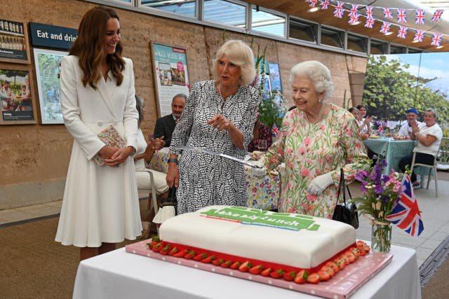 E pazakontë/ Mbretëresha Elizabeth pret tortën me shpatë,