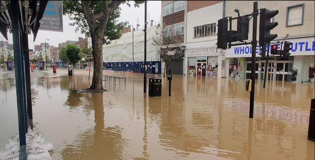 Situatë kaotike, përmbytet Londra, uij hyn në spitale, qindra