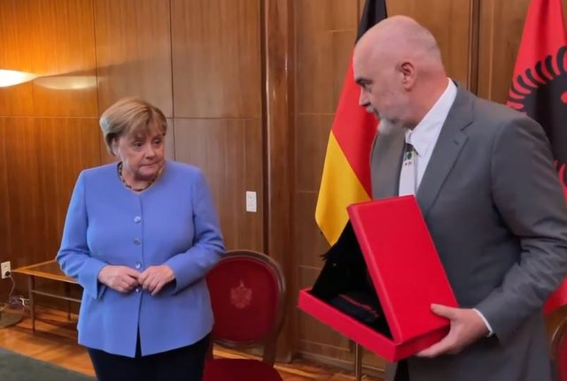 Prime Minister Rama gives Angela Merkel a special gift (VIDEO)