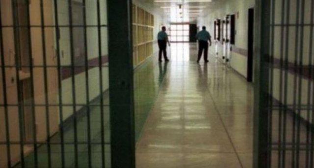 Të dënuarit shqiptarë tentojnë të fusin drogë