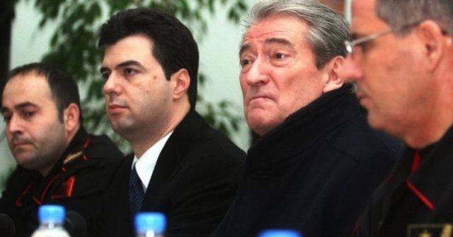 Erion Braçe nxjerr foton e Berishës dhe Bashës: Dëgjo