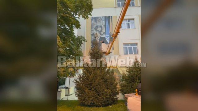 Berisha merr goditjen e radhës nga vendlindja e tij, bashkia heq posterin