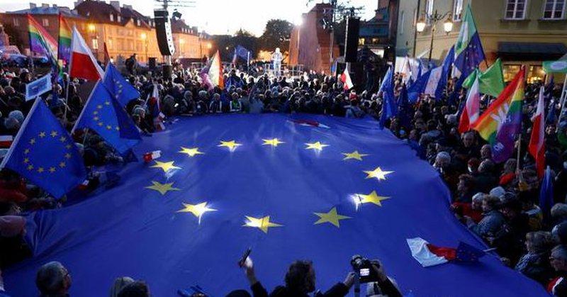 Polonia në udhëkryq – të dalë apo të mbetet