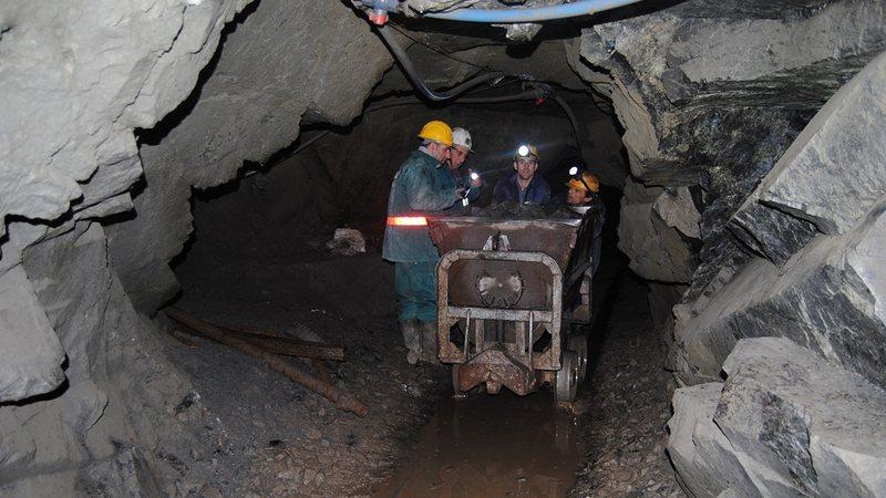 208 naftëtarë, minatorë dhe metalurgë përfitojnë
