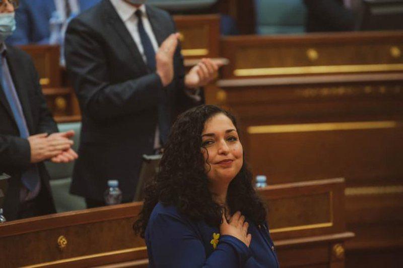 Zyrtarisht Presidente e Kosovës/ Vjosa Osmani merr sot detyrën e