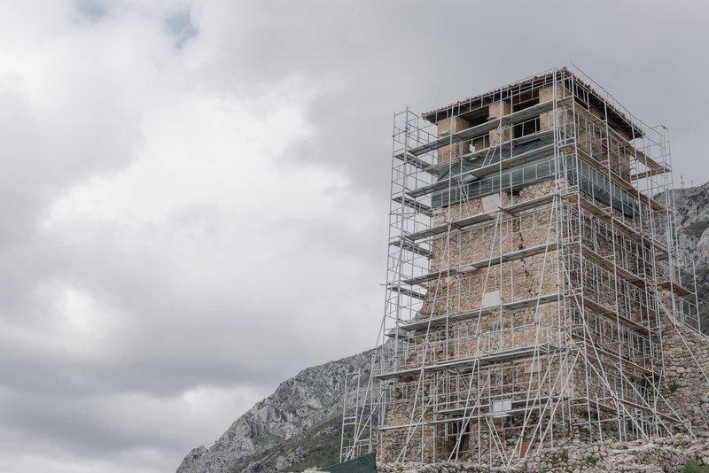Nis restaurimi në kullën e kalasë së Krujës, pas