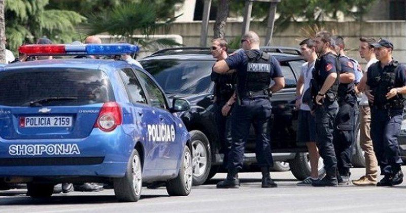 Sherri në Berat, tentuan t'i merrnin pistoletën policit dhe e