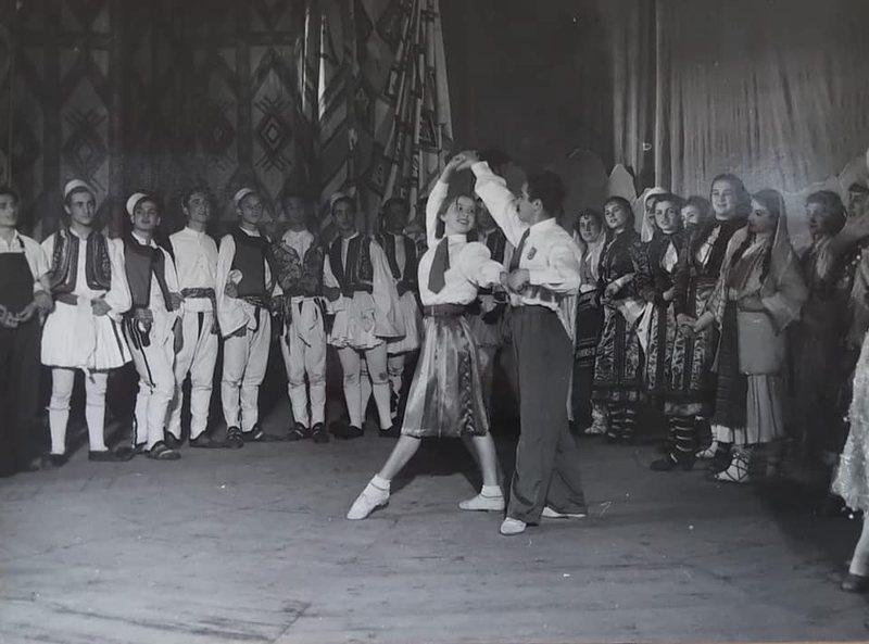 """""""Flamuri i Paqes"""", një premierë folkloristike e 1952"""