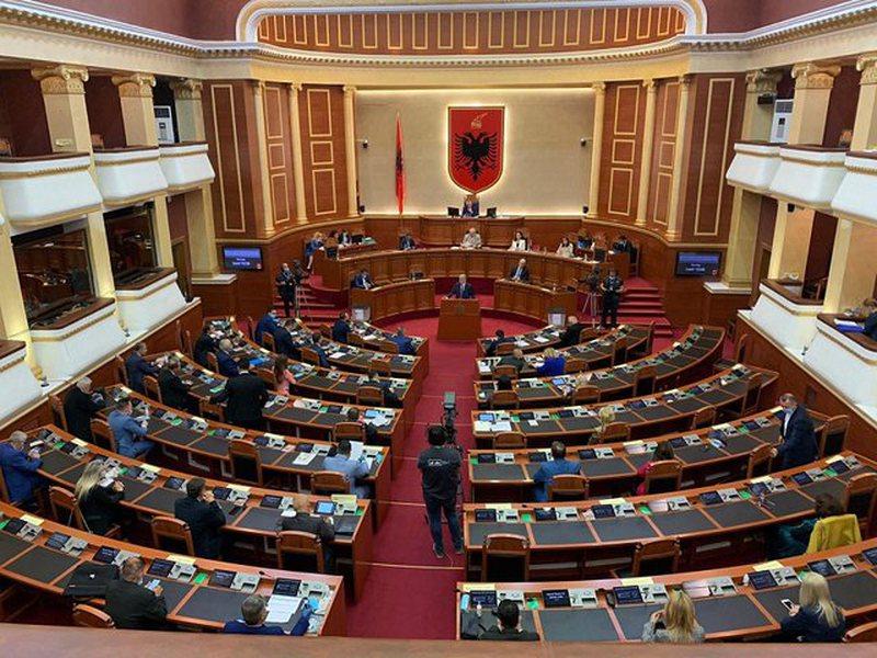 Parlamenti rrëzon dekretet e Metës dhe miraton 6 akte normative,