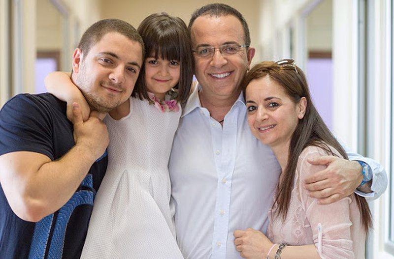 Festë në familjen e Ardit Gjebreas, moderatori ndan momentin