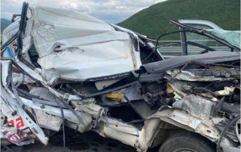 Aksident i rëndë, makina përplaset me kamionin, lëndohet