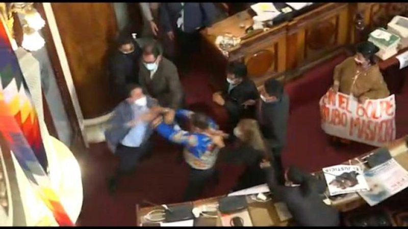 Video që po 'thyen' rrjetin/ Plas keq grushti në Kuvend,