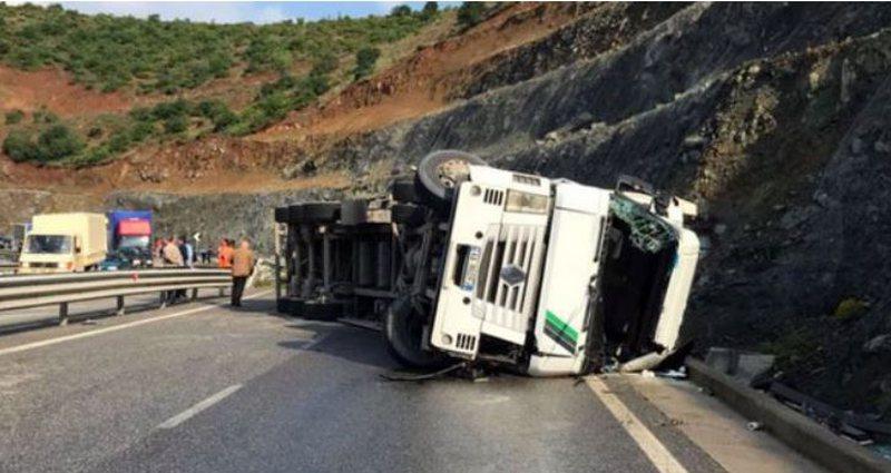 Përmbyset kamioni me karburant në Librazhd, bllokohet shoferi