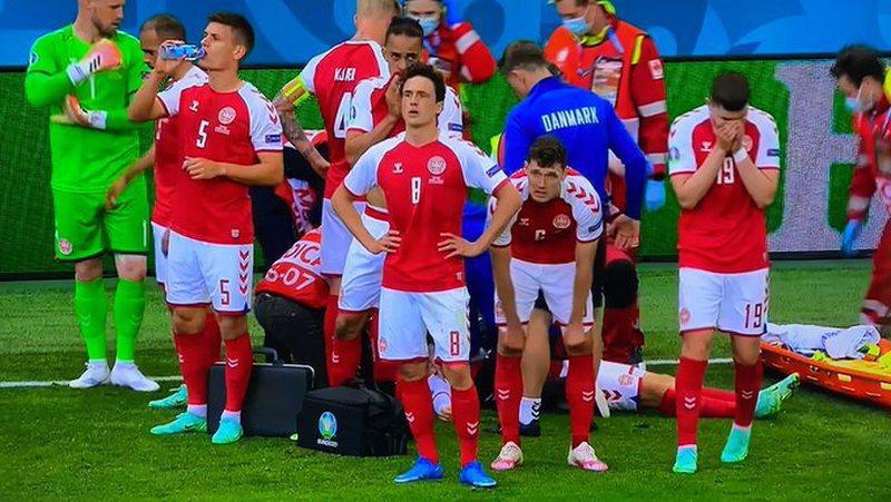 "Panik në ""EURO 2020"" lojtari i Danimarkës bie pa ndenja"