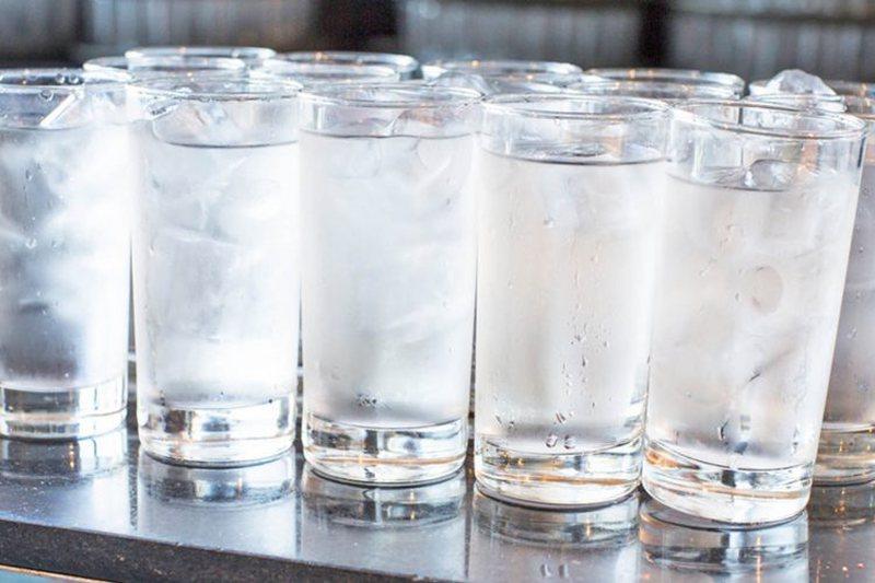 Çfarë i ndodh organizmit kur pini ujë të ftohtë?