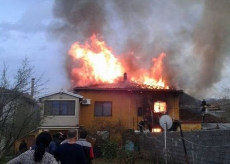 Large fire! The 2-storey apartment in Milot is completely burnt down in the