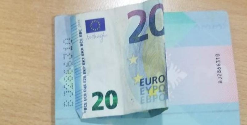 I futi policit 20 euro në mes të pasaportës, e pëson keq