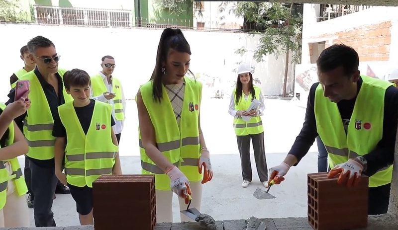 Këngëtarja Dua Lipa viziton Tiranën: Jam krenare, që jam