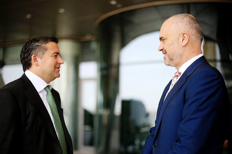 """""""Why does Edi Rama keep Blendi Klosi in government?"""", Analyst Genc"""