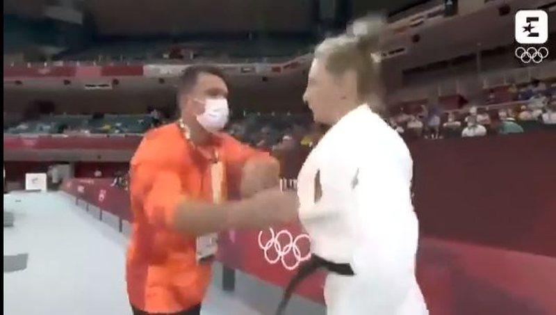 VIDEOJA që po çmend botën/ Trajneri gjuan me shpulla