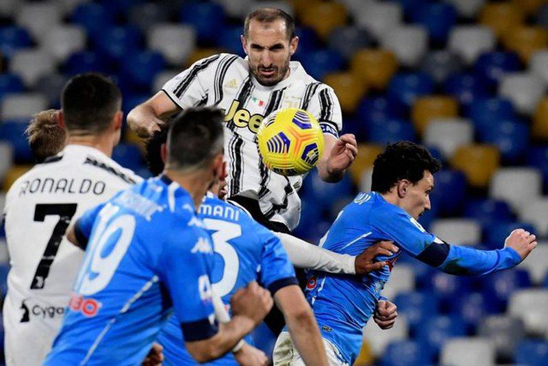"""""""Zonja e Vjetër"""" nuk arrin të triumfojë, Napoli"""