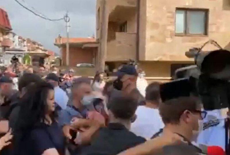 """""""Poshtë qeveria""""/ Protestuesit thyejnë kordonin e"""
