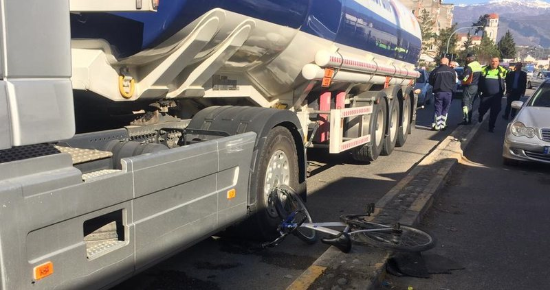 Përgjaken rrugët në Tiranë/ Kamioni përplas për