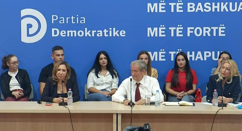 Evi Kokalari leaves America and appears next to Berisha: DP must be reformed,