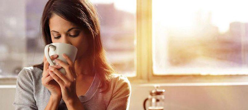 Pse nuk duhet të pini kafe me stomak bosh