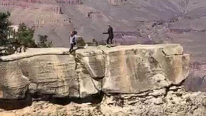 Adoleshentja bie nga shkëmbi 14 metra i lartë, u ngjit lart vetëm