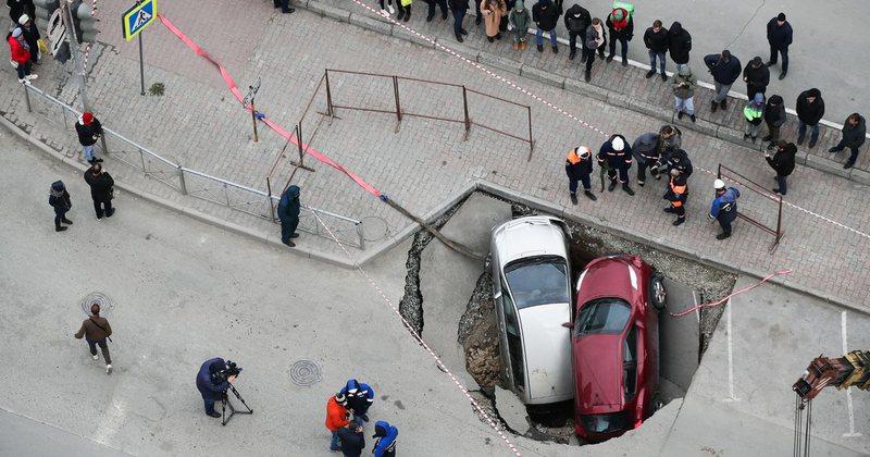 Shtangen të gjithë / Dy makina fundosen  nga një gropë