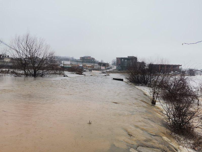 Del nga shtrati lumi, ky qytet në gjendje emergjente të