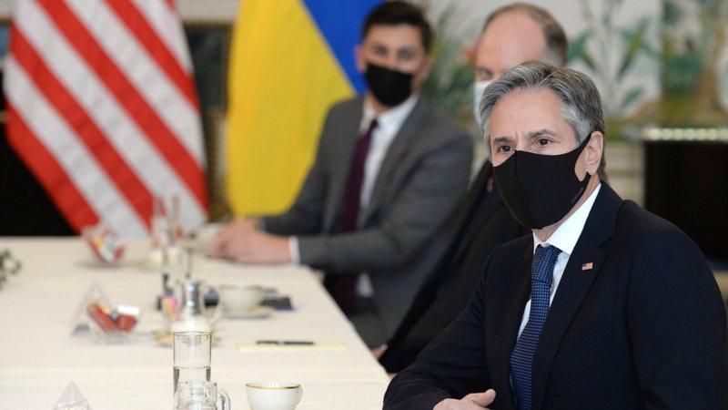Sekretari Blinken drejt Ukrainës ndërsa Rusia ka rritur praninë